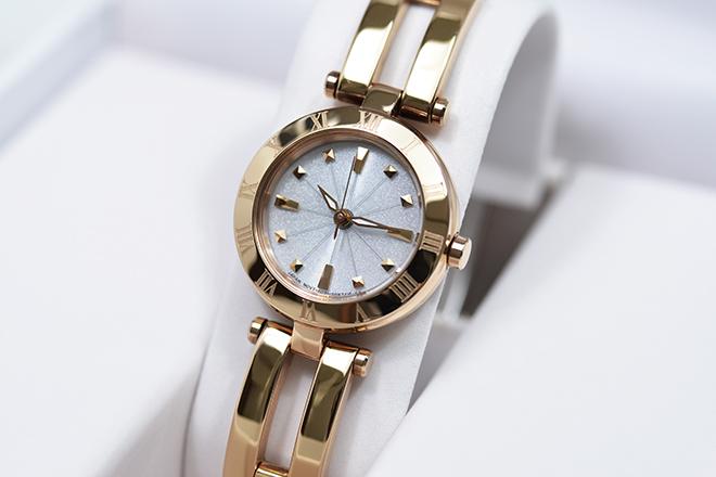 働く女性の腕時計