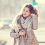 屋外・電車内・オフィス…どこでも快適に!通勤ファッションの寒暖差対策