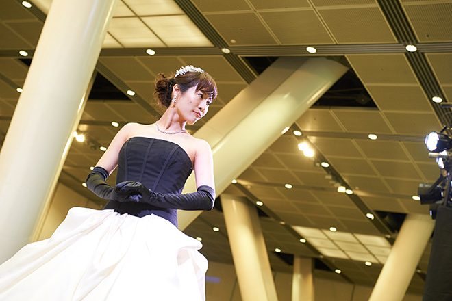 バイカラーのウェディングドレスを着たモデル