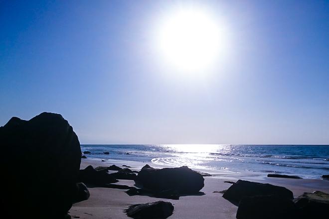 大きな岩のある浜辺