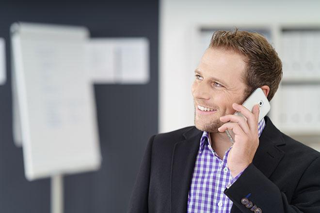 会議中に電話に出る