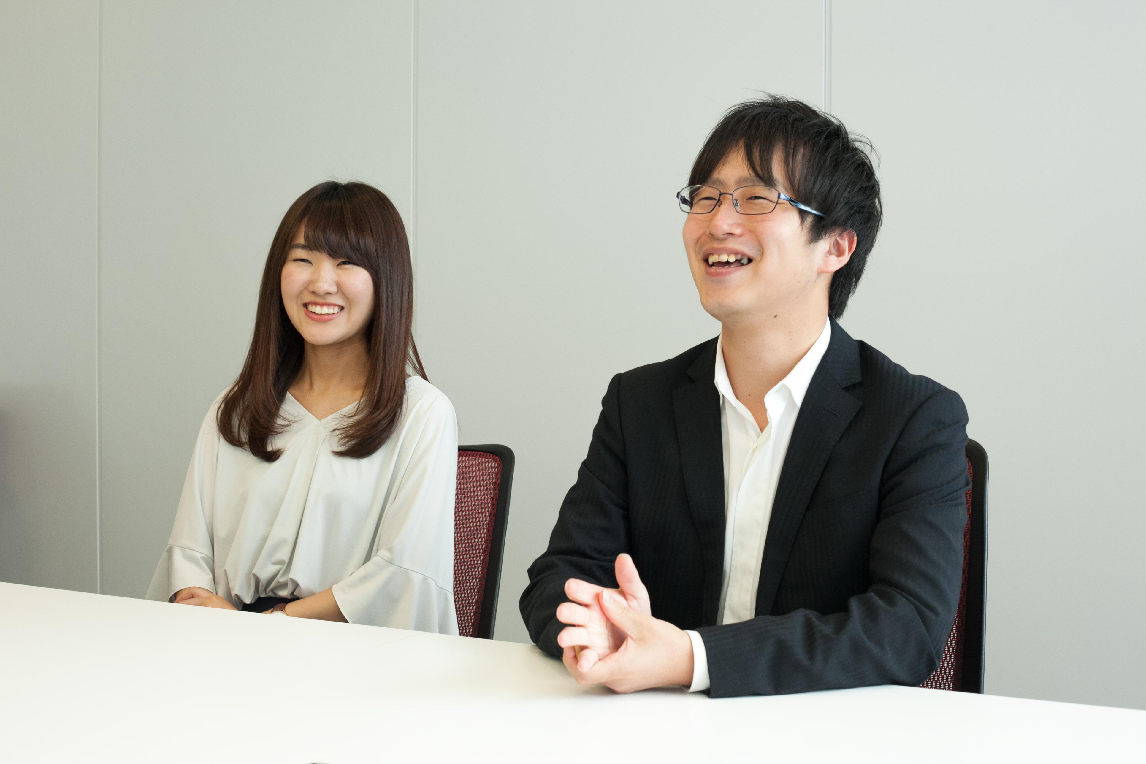 笑顔のBFT社員佐藤さんと福田さん