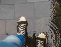 濡れた靴に新聞紙はNG!?意外と知らないレイングッズのお手入れ方法3選