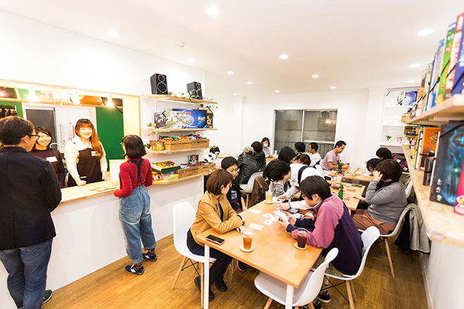 客でいっぱいのボードゲームカフェ「ロンドン」