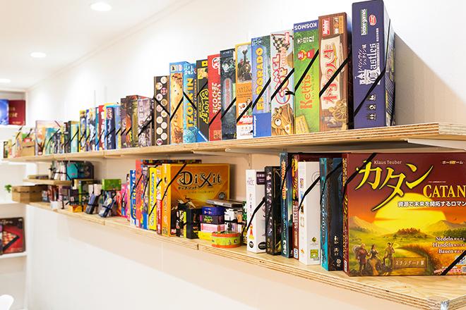 棚に並んだ数々のボードゲーム