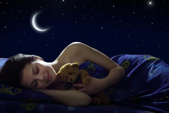 眠りについている女性