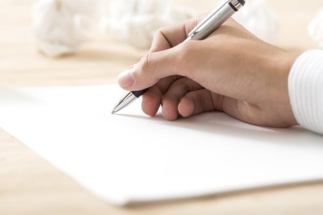 ペンで文字を書く人