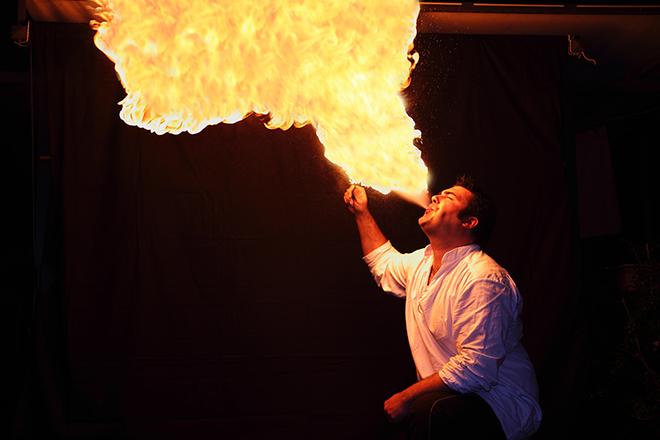 火を吹く男性