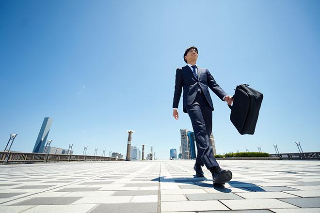 青空とビジネスマン