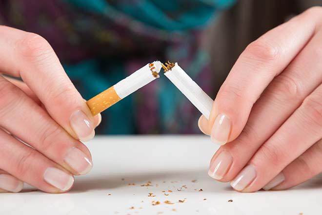 たばこを折る手