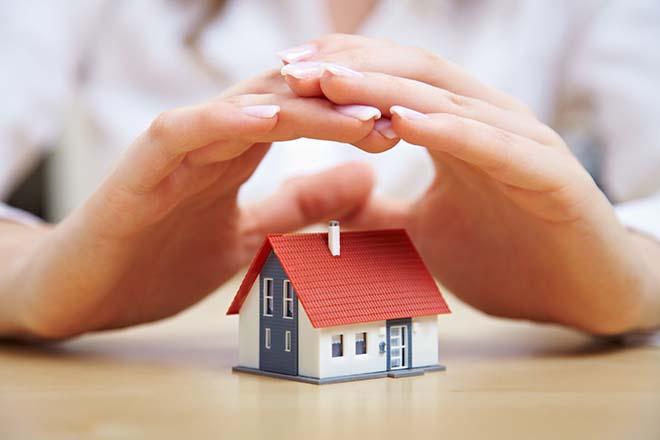 家の模型を守る手