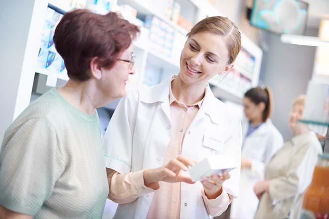 薬局で薬を買う女性