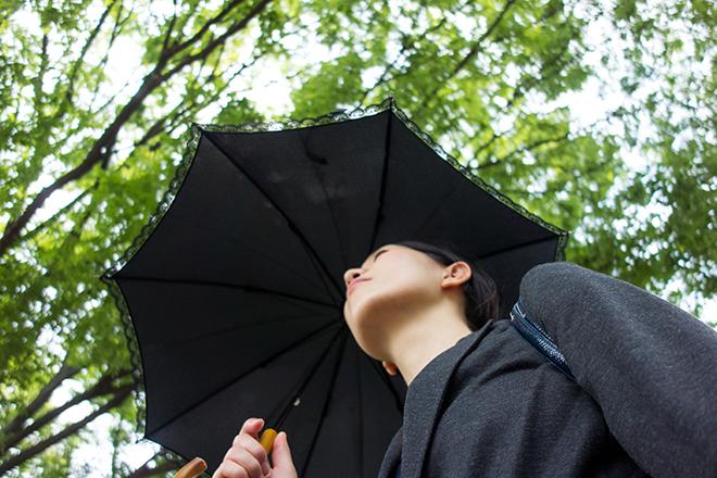 日傘をさすビジネスウーマン