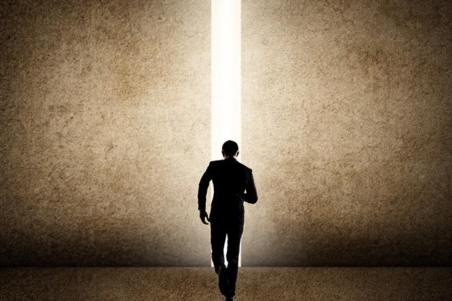 暗闇から脱出するビジネスマン
