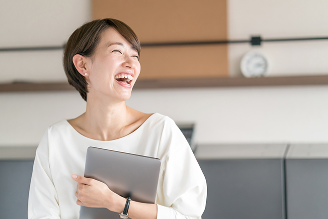 笑っている女性