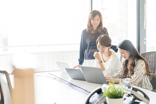 オフィスで談笑する女性たち