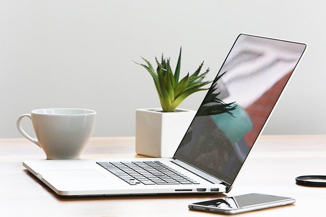 マグカップとパソコンのあるデスク