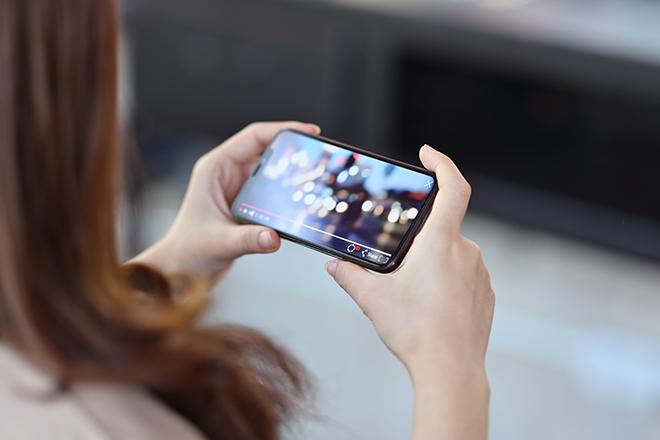 スマートフォンで動画を見る人