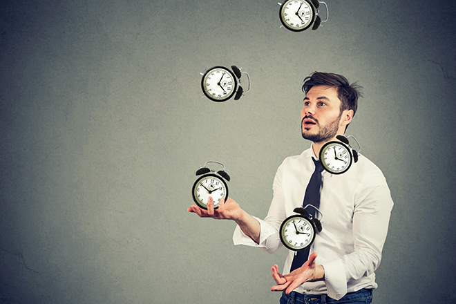 時計を操る男性