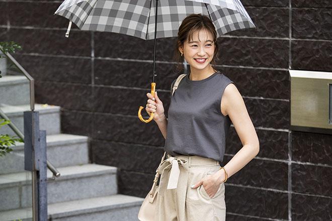 笑顔で傘をさす女性