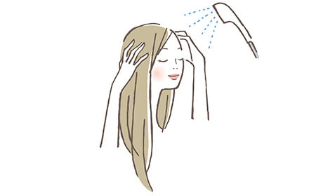 シャンプーを流す女性