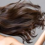 女性の髪が油っぽくなる原因と対処法とは?ベタベタ髪からサラサラ髪に
