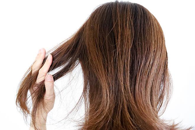 髪の毛をさわる女性