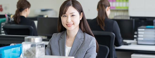 笑顔の事務の女性